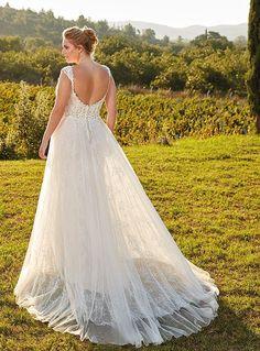 Trouwjurk voor de bruid met maatje meer, mooie V-décolleté met schouderbandjes. Smal model met los vallende rok erover.