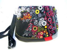LOVE this bag  sacs a main,sac bandouliere noir et rouge rabat bulles hiver  : Sacs bandoulière par tchai-walla