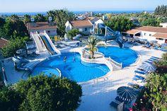 Günstiger Nordzypern Urlaub in den Sommerferien, 14 Nächte im Riverside Garden Resort (3,5*) ab 570 € p. P. im DZ https://www.facebook.com/Kombireise/app_316337858430294 Riverside Garden Resort (3,5*) Die Anlage ist im Stil eines Dorfes errichtet und fügt sich harmonisch in die Hügellandschaft ein. Die 120 Bungalows und Villen sind in einen üppigen Garten eingebettet, von vielen Stellen bietet sich ein traumhafter Blick auf das Fünffinger-Gebirge und das Mittelmeer. Zu den...