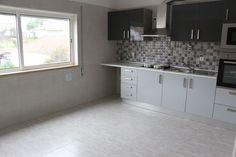 T3 totalmente renovado, 1º andar em prédio pequeno sem elevador próximo do centro de Leiria. Lareira na Sala, cozinha nova equipada, casas de banho novas, despensa, 2 varandas, roupeiros, pavimento em soalho flutuante e janelas e estores novos. Garagem fechada na cave e arrecadação no sótão. Aceitamos proposta. Para Venda! Ref: 1960  #imoveis #novilei #imobiliaria #leiria #apartamento #t3 #venda #realestate
