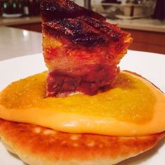 Panceta de cerdo en pan naan con salsa de papa y camote al parmesano