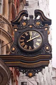 Southampton Street, Londres Diseñado por Sir Edwin Lutyens en 1904 por George Newnes Limited. El gran reloj de doble fachada es una característica notable de la vista hacia el Strand. Mostraba originalmente las doce letras 'GEORGENEWNES' en lugar de los números que marcan las horas. El reloj es de diseño barroco y tallado en madera oscura. Se apoya en una viga de madera, con un colgante con trastes abajo que contiene cabezas de querubines uno frente al camino.