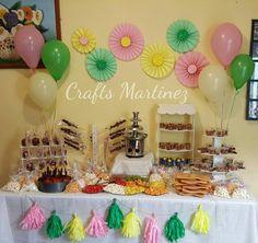 Mesa de dulces y fruta