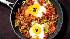 """Vorhang zu Teil zwei unserer kleinen Schau der """"Foodtrends 2018"""". Diese Woche mit einem pikanten Frühstücks-Allrounder aus Tomaten und Eiern, der schnell zubereitet ist, stärkt, aber nicht plattmacht."""