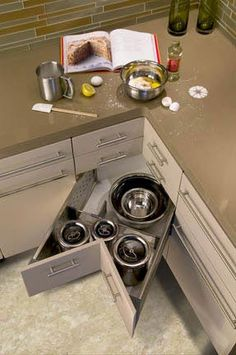 Small Kitchen Space Makers: Corner Kitchen Drawers How To Clean Grimy Kitchen Cabinets With 2 Ingredients Tidy Kitchen, Kitchen Corner, Kitchen Drawers, Kitchen Tops, Kitchen Reno, New Kitchen, Kitchen Remodel, Kitchen Dining, Kitchen Appliances