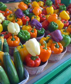 ~Colorful peppers at Jean Talon Farmers Market Montreal~ Want to see more beautiful images? Fresh Fruits And Vegetables, Fruit And Veg, Farmers Market, Food Photography, Stuffed Peppers, Healthy, Colors, Beautiful Images, Rainbow