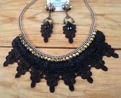 Conjunto de colar de renda guipir preta com strass dourado e brincos em ouro envelhecido com strass dourado e renda guipir preta.
