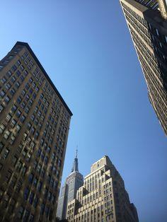 Da série LA X NY: Em LA os prédios são baixos, as ruas largas e o meio de transporte comum é o automóvel, a geografia da cidade infla o ego das pessoas, incentivando a individualidade e, apesar dos tremores de terra, dá a impressão que ali quem manda é o ser humano. NY é o oposto! Os prédios altos nos fazem sentir pequenos e como estamos cercados de gente o tempo todo, nos sentimos mais um no meio da multidão. O que somos de fato! NY traz a gente pro mundo real.