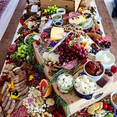 We don't even know where to start! This looks absolutely divine @grazingtablesandcheeseboards