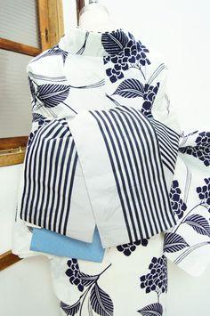 グレーに紺の縞に、水に透かして浮かび上がるような金魚模様が風情を添える半幅帯です。 #kimono