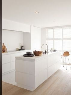 [ The minimalist and comfortable chic of interior designer Nathalie Deboel Kitchen Dinning, New Kitchen, Kitchen Decor, Kitchen Furniture, Kitchen Interior, Furniture Design, Küchen Design, House Design, Interior Design
