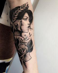 Tatuagem feita por Rodrigo Muinhos de Fortaleza. Deusa grega em blackwork no braço.