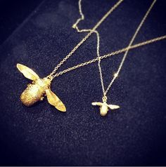 I reaaalllyyy reaalllyyy want an Alex Monroe bee necklace. Cutest thing in the world Bee Necklace, Gold Necklace, Big Bee, Alex Monroe, Mori Girl, Ring Bracelet, Jewelery, Jewelry Design, Bling
