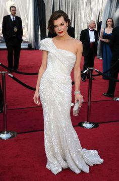 Oscar 2012. Milla Jovovich. Precioso vestido asimétrico de color blanco. Lo firma... Elie Saab