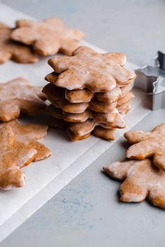 christmas cookies gingerbread Weihnachtspltzchen German Lebkuchen Cookies - traditional glazed German Christmas cookies made with warming spices, for a festive treat to enjoy around the holiday season! German Christmas Cookies, German Cookies, Christmas Baking, Christmas Gingerbread, Christmas Biscuits, Christmas Sweets, Christmas Goodies, Holiday Cookies, Xmas