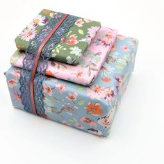 Matchende papiertjes en een bijpassend lintje..een mooi geheel om weg te geven! Decorative Boxes, Gift Wrapping, Gifts, Home Decor, Gift Wrapping Paper, Presents, Decoration Home, Room Decor, Wrapping Gifts