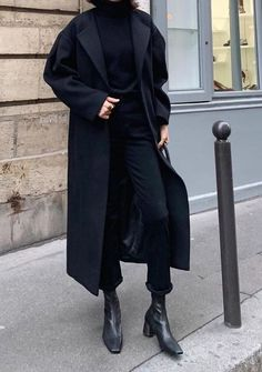 Very black look Discover more than 30 minimalist outfit ideas for fall Black , All black look , Street Style Source by emkafile. Black Women Fashion, Look Fashion, Trendy Fashion, Winter Fashion, Trendy Style, Street Fashion, Fashion 2018, Curvy Style, 50 Fashion