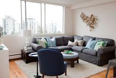 Ekotorp Sofa in dunkelgrau und helle Wandfarbe