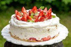 Mansikkainen Daim-juustokakku – Hellapoliisi Strawberry Cheesecake, Piece Of Cakes, Dessert Recipes, Desserts, Let Them Eat Cake, Yummy Cakes, Vanilla Cake, Sweet Tooth, Tart