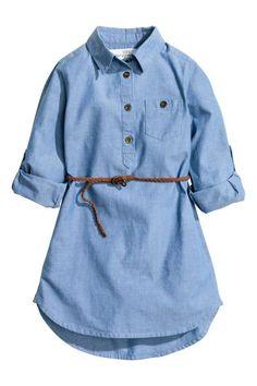 ee7bc9db671080 Hemdjurk  Een jurk van geweven katoen met een gevlochten riempje. De jurk  heeft een