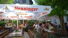 """Mit seinen Apfelweinlokalen, den wunderbaren Fachwerkhäusern und den engen Gässchen steht Alt-Sachsenhausen für Gemütlichkeit in Frankfurt. Hier sollte jeder einmal den Frankfurter """"Ebbelwei"""" (Apfelwein) probiert haben, der daraus entstand, das sim Mittelalter im Rhein-Main-Gebiet eine Klimaveränderung stattfand, sodas kein Wein mehr hergelstellt werden konnte und sich die damaligen Häckerwirtschaften zur Apfelwein ausschenkenden """"Fichtekränzl-Wirtschaft"""" wandelten."""