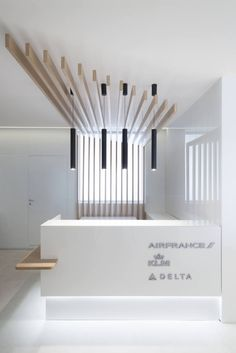 Air France Office by Progetto Design & Build - Office Snapshots Reception Counter Design, Modern Reception Desk, Office Reception, Clinic Interior Design, Clinic Design, Healthcare Design, Lobby Design, Design Design, Dental Office Design