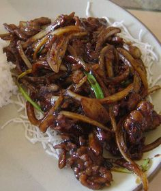 Mongolian Beef - a dish served in Chinese-American restaurants consisting of sliced beef, typically flank steak, and stir-fried with vegetables in a savory brown sauce. Chinese Cooking Wine, Asian Cooking, Chinese Food, Cooking Oil, Mongolian Beef Recipes, Great Recipes, Favorite Recipes, My Burger, Think Food