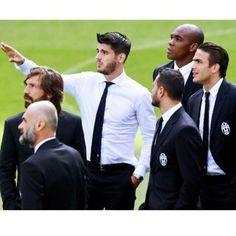 Morata and Pirlo Alvaro Morata, Chelsea, Juventus Fc, European Football, Football Players, Real Madrid, Eye Candy, Men's Fashion, Lovers