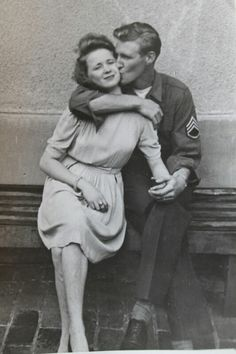 Looks like my Grandma and Grandpa. Early post photograph of US Army Sgt kissing a German girl Couples Vintage, Vintage Kiss, Vintage Romance, Vintage Love, Cute Couples, Army Couples, Vintage Pictures, Old Pictures, Old Photos