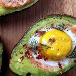 koolhydraatarme lunch, avocado met ei en zalm