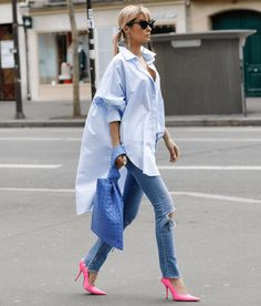 We're always looking for ways to dress up jeans, especially in between seasons when the weather can be unpredictable. Get this look featuring bold pumps. Oversized Shirt Outfit, Oversized White Shirt, White Shirt Outfits, Cute Outfits, Fashion Week, Look Fashion, Womens Fashion, Daily Fashion, Fashion Art