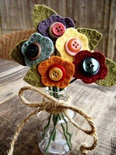 Flores de feltro e botão via Urban Paisley. Felt Crafts, Crafts To Make, Fabric Crafts, Sewing Crafts, Sewing Projects, Craft Projects, Arts And Crafts, Craft Ideas, Felt Projects