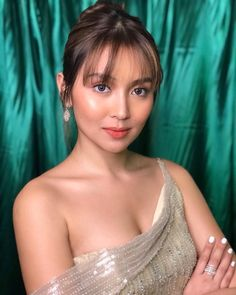 TV Queen at the turn of the Millennial Kathryn Bernardo 🌟 Kathryn Bernardo Hairstyle, Kathryn Bernardo Outfits, Filipina Actress, Filipina Beauty, Fringe Bangs, Daniel Padilla, Hairstyles With Bangs, Beautiful Celebrities, Asian Beauty