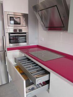 En esta cocina se rompe la monocromía con una llamativa encimera.                                            #cocinas #cocinasymas #diseñodecocinas #mueblesdecocina
