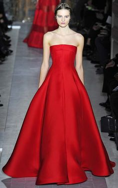 valentino haute couture spring 2013 look 36 Valentino Couture, Valentino Paris, Red Valentino Dress, Beautiful Gowns, Beautiful Outfits, Belle Silhouette, Red Gowns, Haute Couture Fashion, Red Fashion
