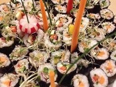 Veganes Sushi... ja, ganz ohne toten Fisch schmeckt es noch viel besser! - Lasst Eurer Kreativität vollen Lauf und probierte es aus mit allem Gemüse, Tofu, Sprossen und was Ihr sonst auch gerne esst!   Reis, Matten + Soßen gibt es inzwischen in fast jedem Supermarkt.  Unser Tipp: Mit fein geschnittenem Ingwer, veganem Kräuter-Streichkäse, Radieschen, Räuchertofu, Paprika, Karotten, Zucchini oder Avocado schmecken sie vantastisch!  #vegan #sushi