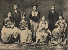 Ito Hirobumi dressed in Korean hanbok. 우리의 원흉이었던 이또오 히로부미(가운데)가 한복을 입고 찍은 사진.