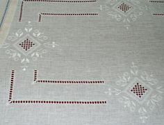 tovaglia a punto antico ricamata tono su tono su lino bianco -siena f.lli graziano- | Flickr - Photo Sharing!