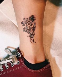 There are many designs for tattoos. But flower tattoos are always best. If you are looking for the best flower tattoos ideas for women then you are at the right place. Flower Tattoos Design Ideas For Piercing Tattoo, Detailliertes Tattoo, Form Tattoo, Arrow Tattoo, Shape Tattoo, Tattoo Baby, Mini Tattoos, Little Tattoos, Flower Tattoos