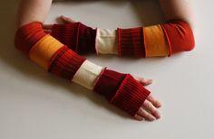Heb je een stapeltje oude truien? Naai alle boorden aan elkaar en je hebt een arm-warmer.