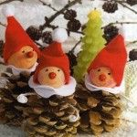 homemade xmas decorations with pine cones Homemade Christmas, Christmas Projects, Winter Christmas, Kids Christmas, Christmas Snowman, Pine Cone Decorations, Christmas Decorations, Christmas Ornaments, Pinecone Ornaments