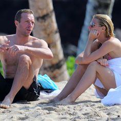 Chris Martin et Gwyneth Paltrow passent la Saint-Valentin enlacés ensemble à la plage | HollywoodPQ.com