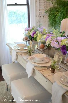 For a traditional shabby chic .long table with mismatched chinaShabby Chic Floral Tab Vintage Farmhouse, Farmhouse Table, Rustic Table, Farmhouse Chic, Flower Box Centerpiece, Centerpieces, Table Flowers, Dresser La Table, Shabby Chic