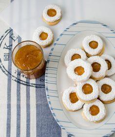 750 γρ. αλεύρι για όλες τις χρήσεις 400 γρ. βούτυρο αγελάδας (κρύο) 250 γρ. ζάχαρη άχνη 2 αυγά 1 κ.γ. μπέικιν πάουντερ μαρμελάδα βερίκοκο για τη γέμιση Biscuit Cookies, Cake Cookies, Jam Tarts, Sweet Corner, Chocolate Sweets, Christmas Cooking, Special Recipes, Greek Recipes, Candy Recipes