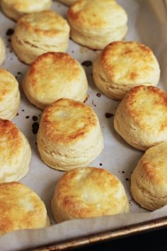 Skip the can of refrigerated biscuits! You can make flaky layers all on your own with this easy recipe for flaky buttermilk biscuits. Amish Donuts Recipe, Donut Recipes, Biscuit Recipe, Baking Recipes, Biscuit Bread, Baby Recipes, Tea Biscuits, Buttermilk Biscuits, Homemade Biscuits