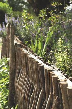 De petites parcelles en bois entourent le petit potager