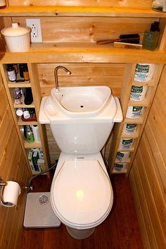 Kiedy nasza toaleta jest ekstremalnie mała należy sięgnąć po bardzo srytne rozwiązania. I tak, jak tutaj, maleńka umywalka została zainstalowana nad spłuczką. Sytem umożliwia wykorzystywanie tej wody podczas spłukiwania. Ekologiczne i sprytne rozwiązania w jednym to bardzo dobry pomysł