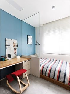 [BY 리빙센스] 흔한 TV와 소파가 있는 거실이 아니다. TV 대신 책장을 들이고 앉거나 누울 수 있는 데이...