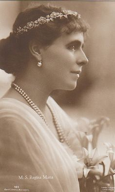 Queen Marie of Romania wearing a Floral Tiara Royal Crowns, Royal Tiaras, Tiaras And Crowns, Queen Victoria Family, Princess Victoria, Romanian Royal Family, Princess Alexandra, Royal Queen, Royal Jewelry
