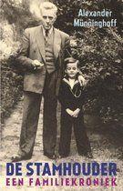 De stamhouder. Alexander Munninghof. Ik ben geboren op 13 april 1944 in Posen, een oude Poolse stad die eeuwenlang Pozna werd genoemd. Maar toen ik er geboren werd, te midden van bombardementen die het einde der tijden leken aan te kondigen, was dit Posen een Duitse stad vanwaaruit Hitler-Duitsland zijn Heerestruppen naar de Sovjet-Unie had gestuurd en die nu de verminkten, de gewonden, de doden en een onafzienbare stoet vluchtelingen terugkreeg.